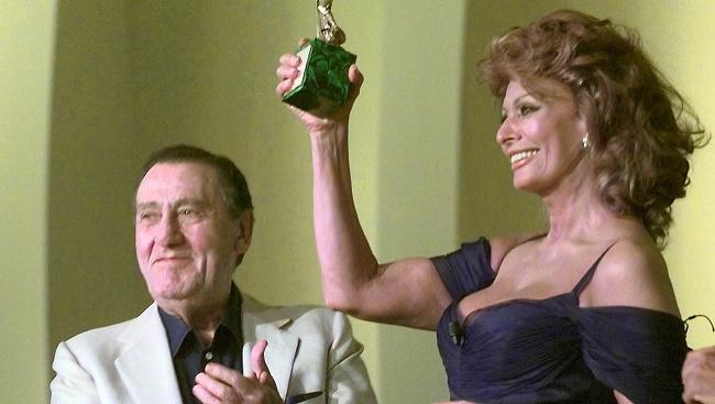 Taliansky herec Alberto Sordi (vľavo) tlieska talianskej herečke Sofii Lorenovej