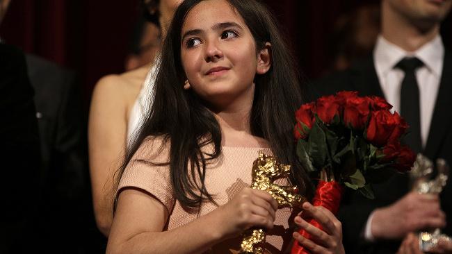 Hana Saeidi, neter Džafara Panahího preberá Zlatého medveďa