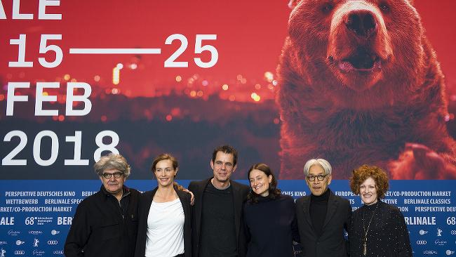 Členovia poroty festivalu Chema Prado, Cecile de Francová, predseda poroty Tom Tykwer, Adele Romanská, Rjuiči Sakamoto a Stephanie Zachareková