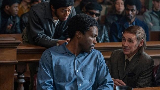 Snímka The Trial of the Chicago 7 boduje na všetkých frontoch