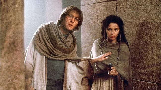 Daniel Jackson (James Spader) a Mili Avital (Sha´uri) vo filme Hviezdna brána