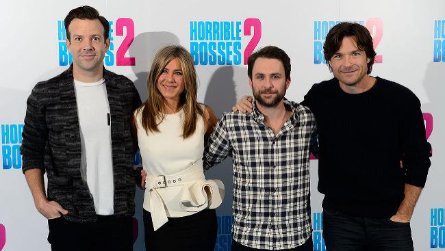 (Zľava) Jason Sudeikis, Jennifer