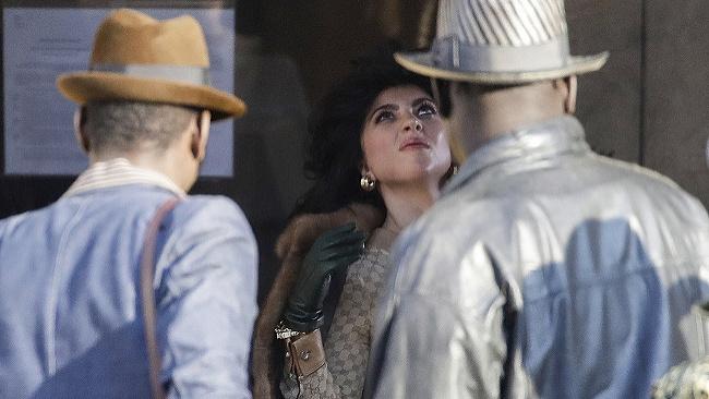 Lady Gaga (v strede) na záber z natáčania filmu The House of Gucci