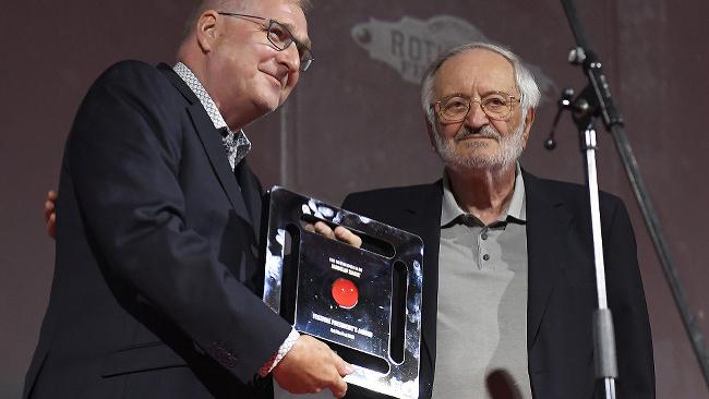 Peter Dubecký zo Slovenského filmového ústavu preberá cenu od prezidenta Art Film Festu Milana Lasicu