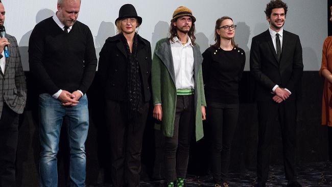 Sprava: Herec Noël Czuczor, herečka Rebeka Poláková, herec Kamil Kollárik, herečka Éva Bandor a režisér Peter Bebjak počas premiéry nového slovenského filmu Čistič.