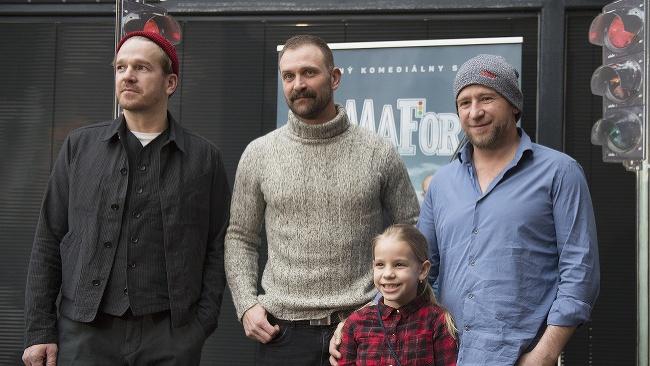 Na snímke herci v seriáli Alexandra Nespalová (v popredí), Stanislav Majer (vľavo), Tomáš Maštalír (uprostred) a Martin Nahálka (vpravo)