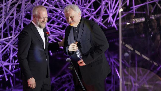 Na snímke režisér Martin Šulík ( vpravo) si preberá ocenenie Slnko v sieti v kategórii Najlepšia filmová réžia z rúk režiséra Martina Bebjaka ( vľavo) za film Tlmočník