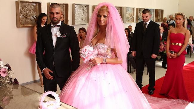 Zuzana Plačková sa vydávala v ružových šatách a teniskách