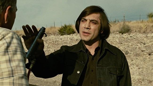 Anton Chigurh (Javier Bardem) vo filme Táto krajina nie je pre starých