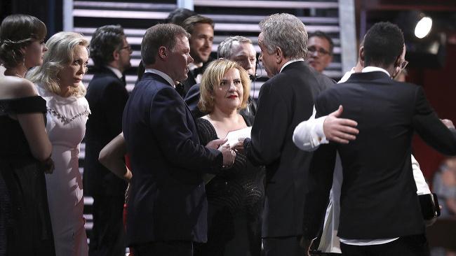 Na snímke zľava americká herečka Faye Dunawayová, asistent Brian Cullinan a americký herec Warren Beatty diskutujú po nesprávnom vyhlasovaní