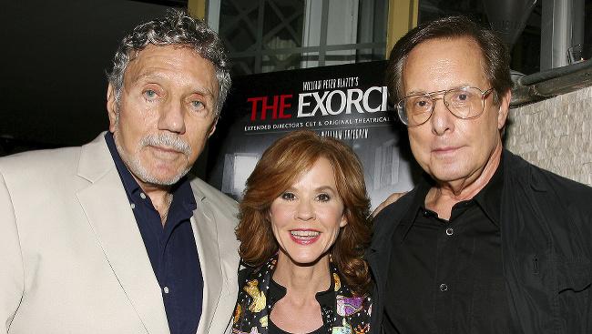 Na fotke zľava William Peter Blatty, Linda Blair, ktorá si zahrala dievčatko Regan, a režisér William Friedkin.