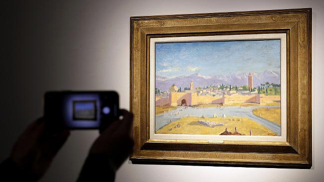 Obraz s názvom Tower of the Koutoubia Mosque z roku 1943, ktorého autorom je britský premiér Winston Churchill, visí v aukčnej sieni Christie's v Londýne